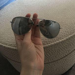 Solglasögon i spegelglas som jag dessvärre aldrig använt. Frakt ingår i priset!