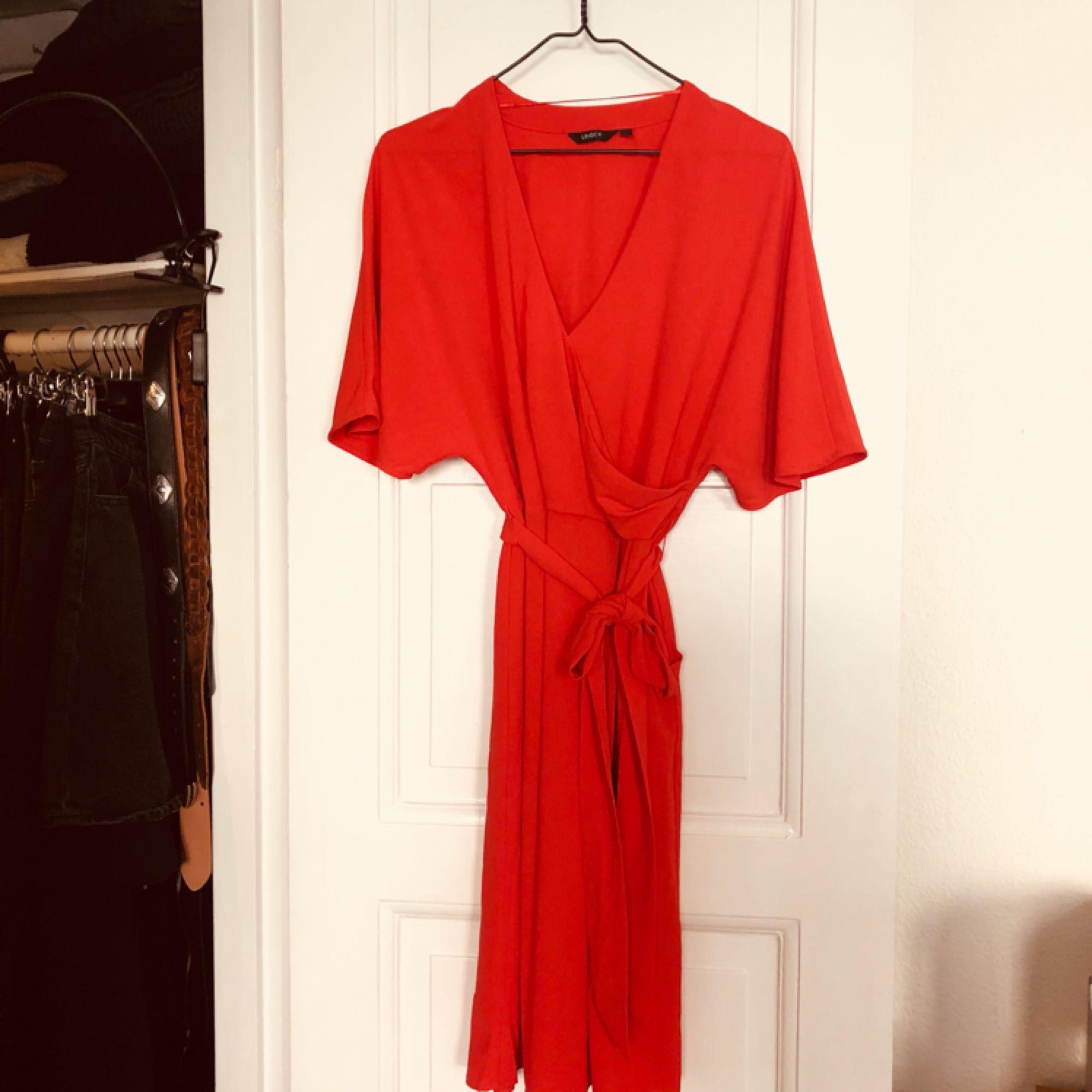 Omlottklänning i en röd orange nyans. Köptes till ett bröllop men aldrig  använd! 3f573c5a4a9f0