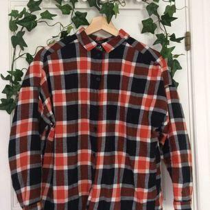 Säljer denna fina bomullskjorta ifrån Monki! I princip nyskick. Passar perfekt till att stoppa in i ett par högmidjade jeans🌿priset är inkl frakt. Om du undrar över något läs gärna min profil eller skicka en fråga💖