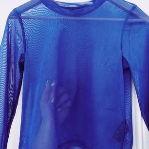 Svinballt genomskinlig blå långtröja. Mycket stretch. Aldrig använd - nyskick. Köpare står för frakt. ❤️15% av alla köp går till välgörenhet❤️