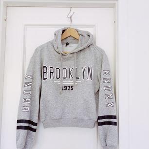 Kort hoodie. Aldrig använd - nyskick. Köparen står för frakt. ❤️15% av alla köp går till välgörenhet❤️ Säljs pga brist på plats i garderob.