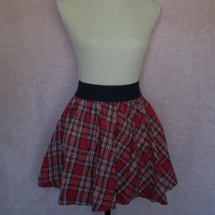 Rödrutig kjol från H&M. Skick: använd fåtal gånger, inga fel vad jag kan se.