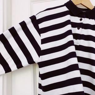 Sailor-inspirerad croptop med marinblåa och vita ränder. Köparen står för frakt. ❤️15% av alla köp går till välgörenhet❤️ Säljs pga brist på plats i garderob.