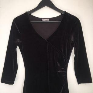 Supersnygg klänning i sammet från Cubus! Svart i färgen med v-ringning fram och figursydd. Säljer pga lite för liten för mig tyvärr. Kan mötas upp i Stockholm/ annars står köparen för frakt 😊