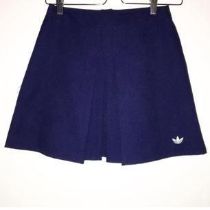 Supersnygg tennis skirt från Adidas. Inköpt på second hand men bra skick! Mörkblå i färgen 😍 Möts upp i Stockholm/ köparen står för frakt