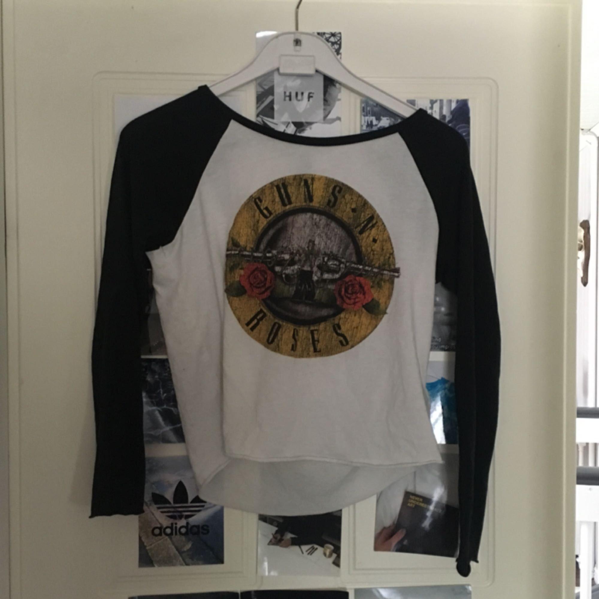 Guns & roses-tröja i fint skick Köpare står för frakt. Toppar.
