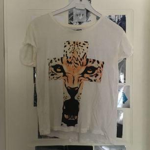 Tröja köpt på T-shirt store.  Köpare står för frakt