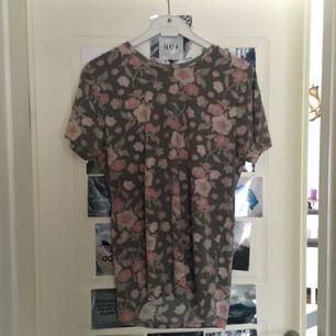 Blommig t-shirt Köpare står för frakt.