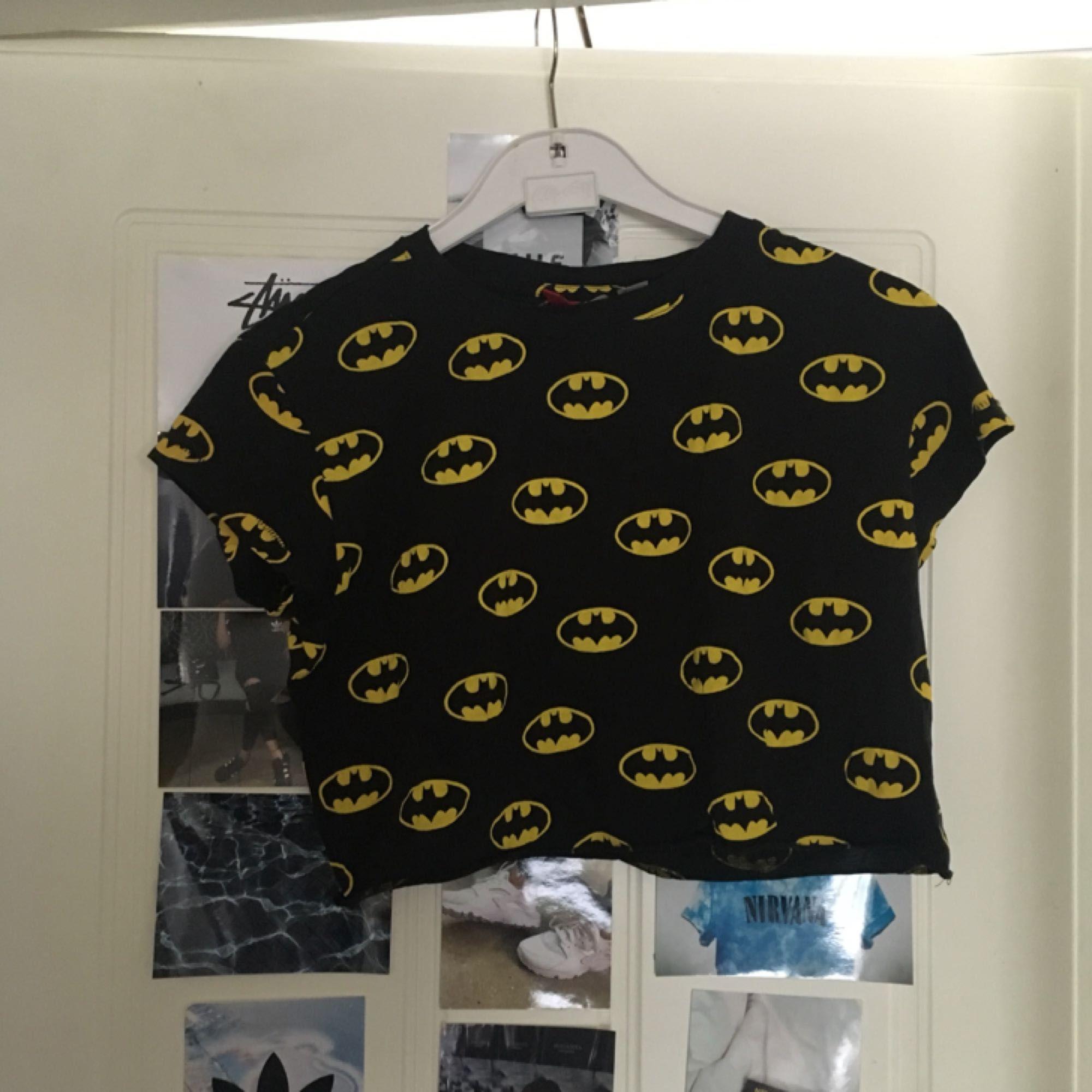 Crop top med Batman-mönster Köpare står för frakt. Toppar.