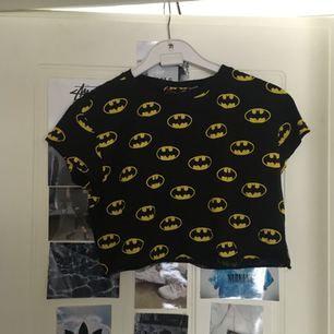 Crop top med Batman-mönster Köpare står för frakt