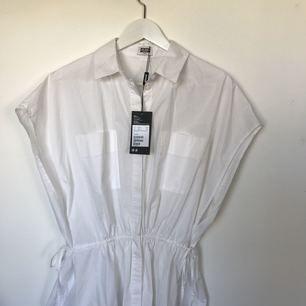 Jättefin skjorta med knyt runt midjan, jättefin markering. Aldrig använd med lappen kvar, inköpspris 400kr. Okända små små fläckar på vänstra axeln som var där vid inköpet, se bild tre. Möts i Göteborg elr skickar mot frakt 🌸