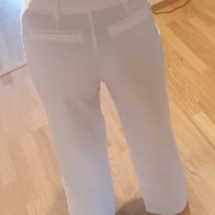 Vita byxor i kostymstuk från amys stories.  Köpta förra sommaren, använda vid ett event så är i mycket fint skick! Strl 34 men enligt mig passar dom 36 också!   Finns i Helsingborg men kan skickas mot fraktkostnad.