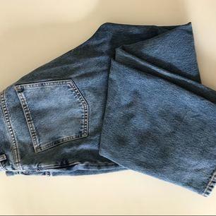 Säljer mina Mom jeans från & other stories. Använda ett fåtal gånger. Storlek 31. Ordinarie pris 690kr