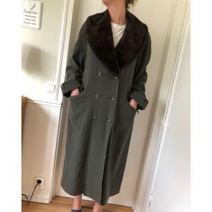 """En äldre mossgrön kappa från Kappahl """"No1 Collection"""". Sparsamt använd. Den mörkbruna pälsen är avtagbar."""