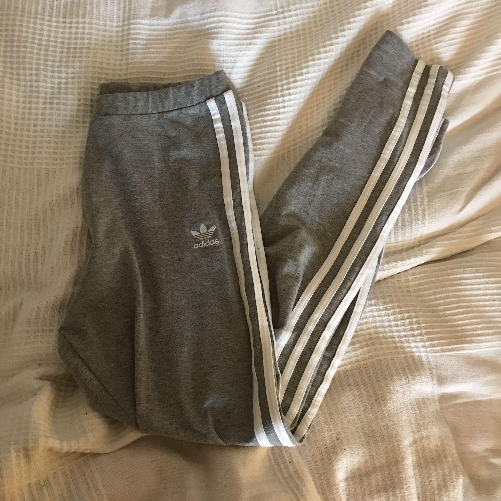Adidastights med ränder längs benen. Sparsamt använda. Vanligt bommulsmaterial. Fint skick! Frakt: 40kr. . Jeans & Byxor.