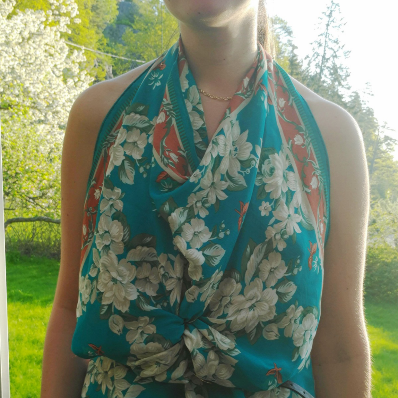 Blommig japansk sidenscarf Carole Little. 100% siden.  Man kan använda den runt halsen, håret, som en topp (se bilderna) eller hur helst du vill. :) . Blusar.