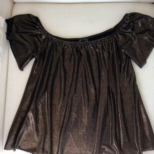 Of-the-shoulder tröja. Köpt från Urban Outfitters. Oanvänd, och säljs pga fel storlek.