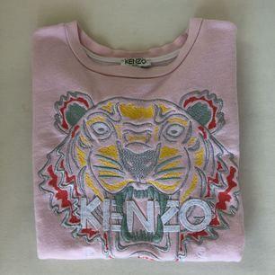 Kenzo t-shirt. Finns inte längre att köpa. Finns en liten fläck i högra hörnet om tigern. Säljs pågrund av det billigare.