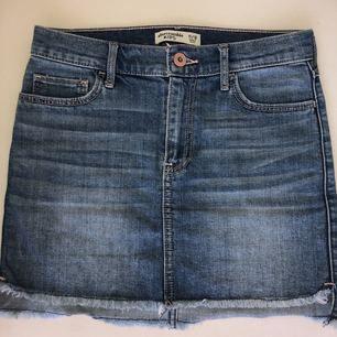 Jeans kjol från Abercrombie and Fitch. Säljs pga växt ur. Bra skick! Passar storlek, XS.