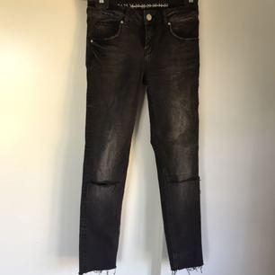 Jeans från bik bok med hål i knäna och 'distressed' i byxslutet. Använda ca 3 gånger så de är fortfarande i gott skick.