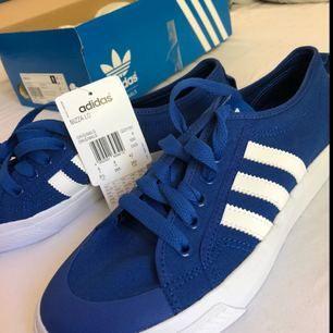 Adidas nizza lo  Helt nya o aldrig någonsin använda. Du betalar frakten:)