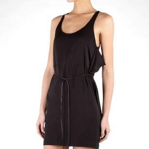 Silkes klänning i modellen Magical från ACNE. Snörning i läder i midjan, avtagbart. Fint skick som ny, använd vid 2-3 tillfällen.