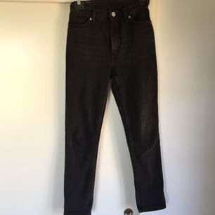 Ett par Monki jeans i modellen kimomo. De är använda men är ändå i bra skick.