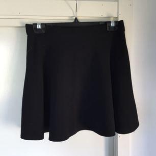 Söt kjol i tunt chiffong liknande material med en dragkedja bak. Begagnat skick.