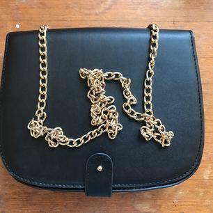 Jättegullig handväska från monki. Har använt den typ 2 ggr så den är i bra skick. Går att bära både på axeln och cross body.