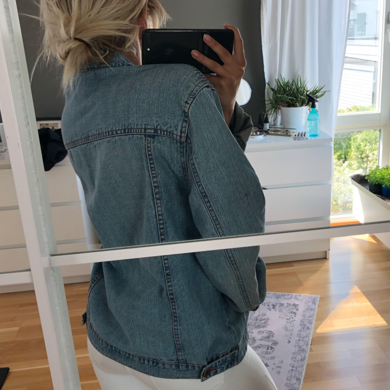 Snygg oversized jeans jacka som tyvärr inte kommer till användning mer.  Köparen står för frakten! . Jackor.