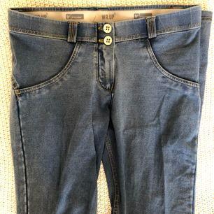 Säljer byxor från Freddy, oanvända i storlek S.