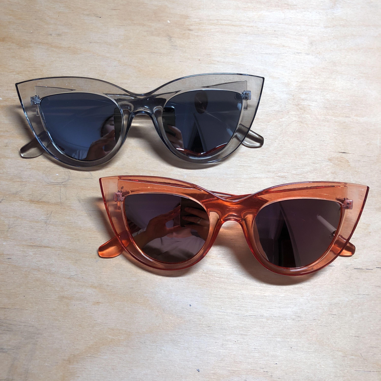 Oanvända solglasögon! Ett par 50kr, båda för 75kr!  Beställda men passade ej mig. . Accessoarer.