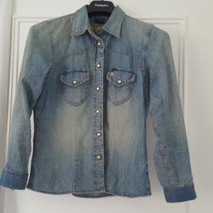 Fin jeansskjorta från Lee. Figursydd.