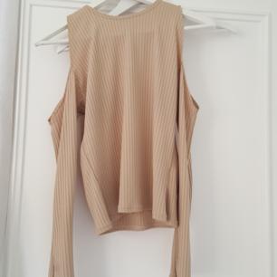 Jättefin nude/beige tröja med öppna axlar från Nakd. Storlek M.  Använd 1 gång.