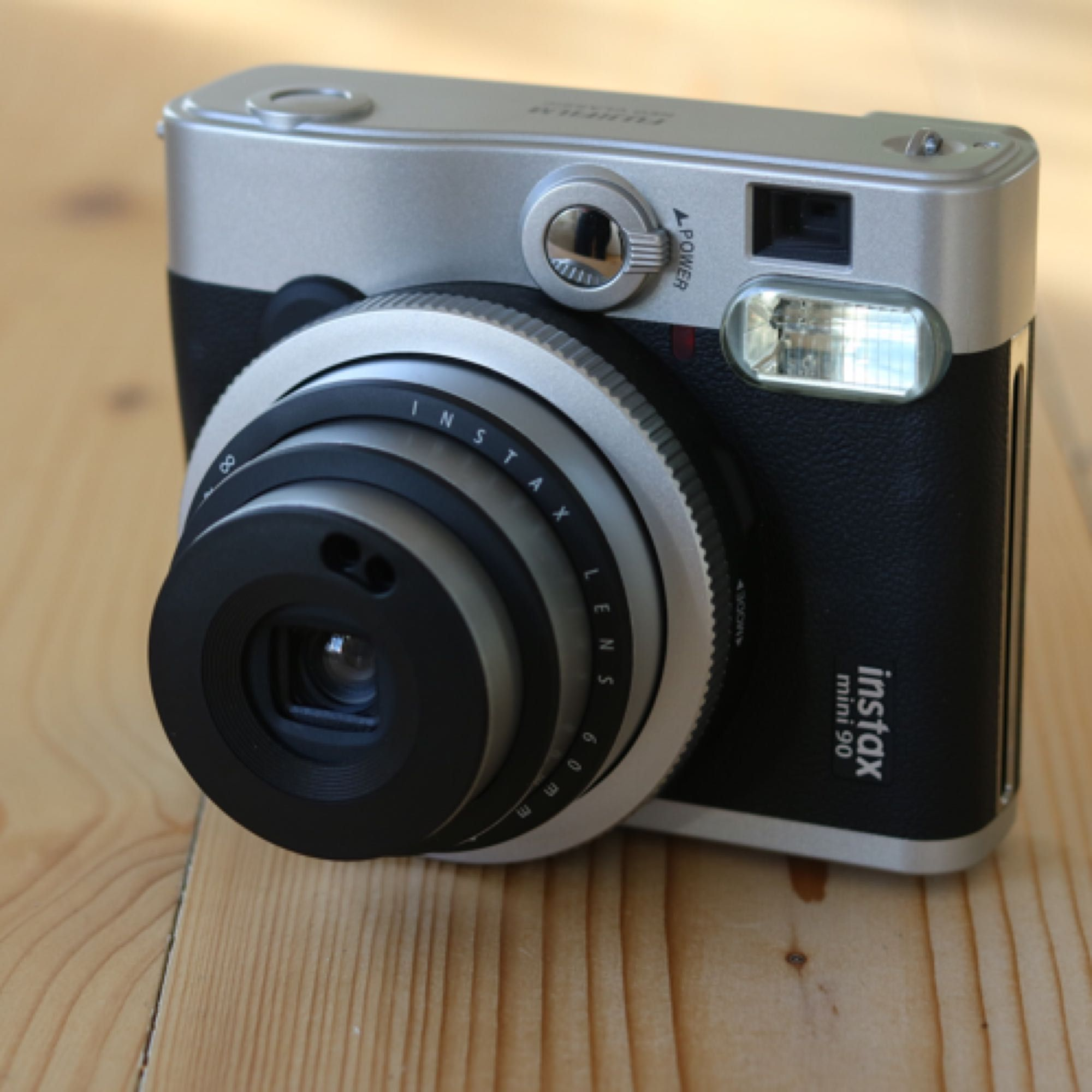 Polaroidkamera med tillhörande film (10 st bilder) Använd endast ett fåtal gånger, säljer den pågrund av att jag använder den för sällan. Köparen står för frakten alternativt så möts vi upp i Borås. Nypris: 1600:- . Accessoarer.