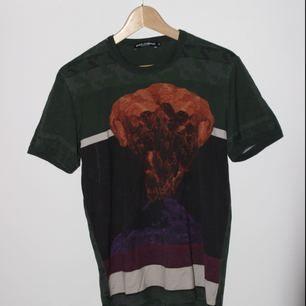 Tshirt köpt från Dolce & Gabbana 2016 för ca 2500 kr. Väl använd men pga det exklusiva märket har den fortfarande hög kvalité. I storlek 52 men passar för Medium; är ca. 187 och passar som medium brukar.