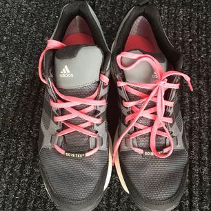 Helt nya adidas gortex finns svarts sko snören till