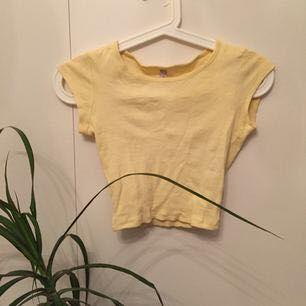 Väldigt söt gul t-shirt med en tajt passform Priset inkluderar frakt. T-shirts.