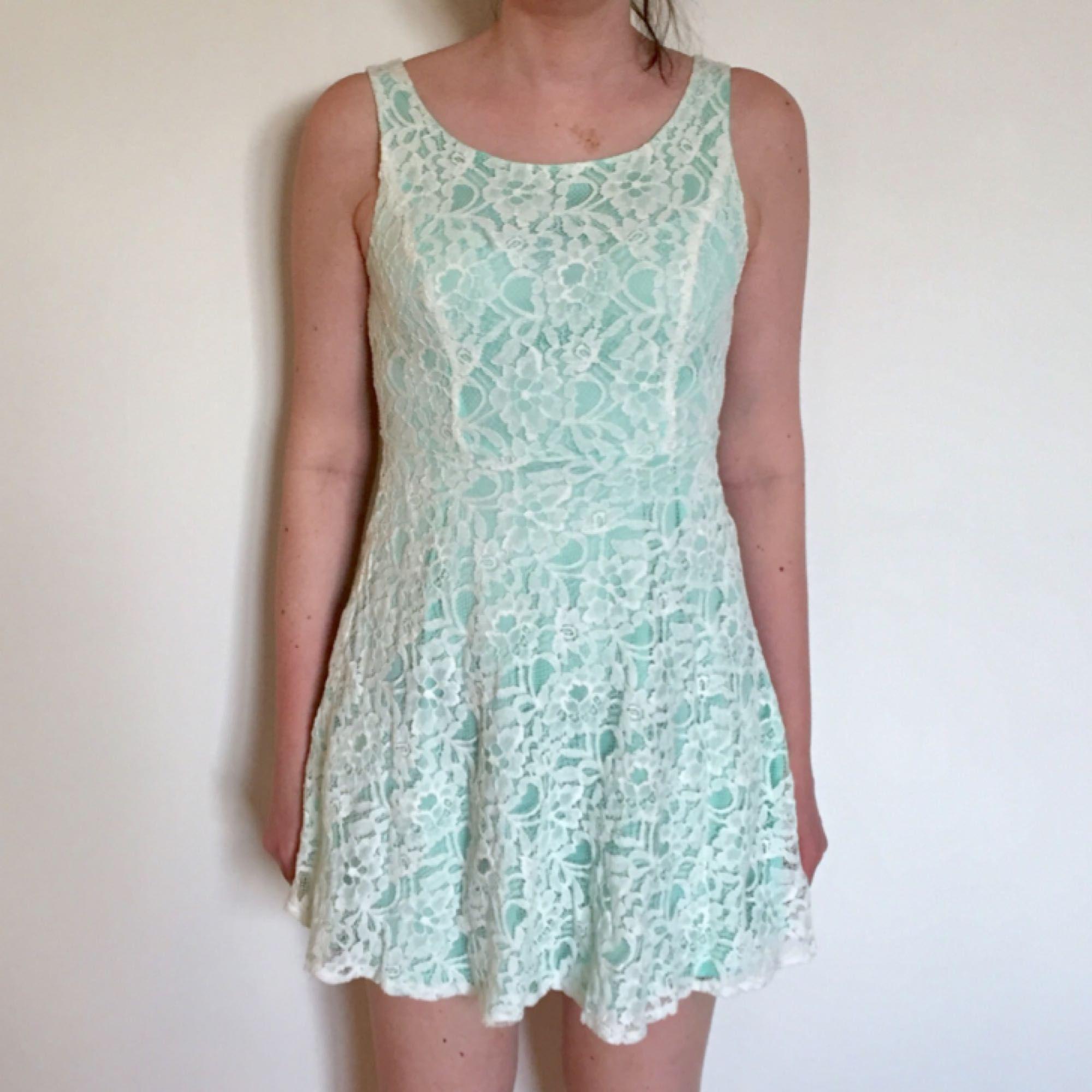 ecae700480a7 Spetsklänning i vit och ljus turkos. Använd sparsamt, från Australien.