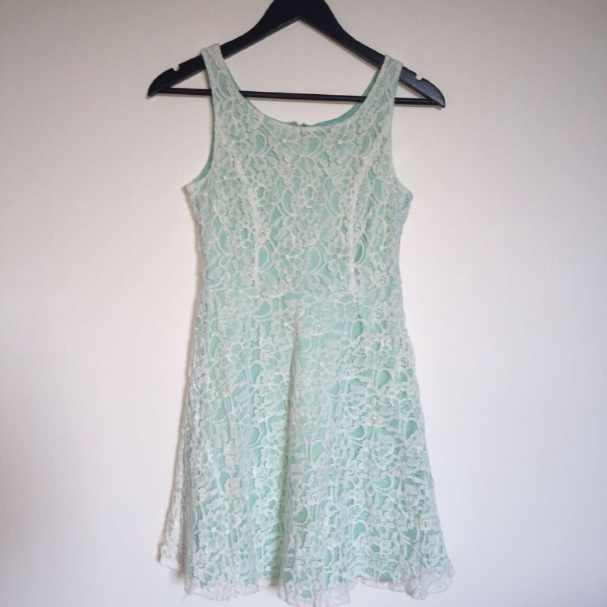 d3137e45b62c Fräsch och härlig Spetsklänning i vit och ljus turkos. Använd sparsamt,  från Australien. Fräsch och härlig