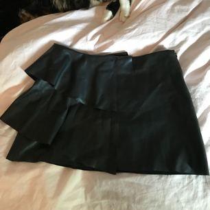 Svart skinnkjol från Zara, använd ett fåtal gånger 🌸