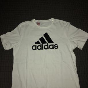 En äkta adidas T-shirt som ja beställt från zalando men kommer inte till användning, frakt tillkommer