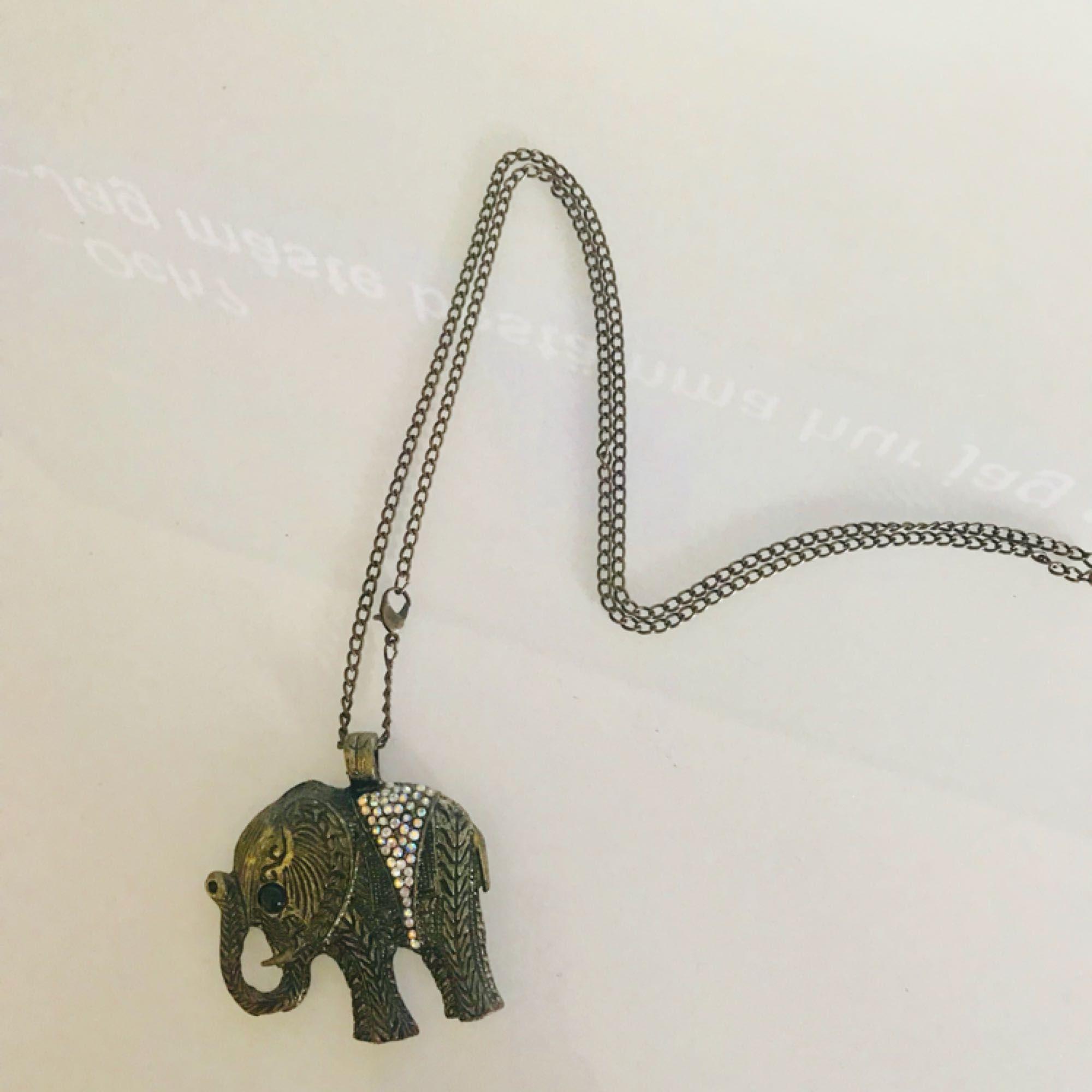 Halsband med elefant, minns tyvärr inte vart den är ifrån. Frakt ingår i priset 😊. Accessoarer.
