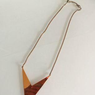 Fint halsband, aldrig använd. Är blankt på ytan så det är lite av min spegelbild i själva halsbandet, det är i en färg. Frakt ingår i priset 😊