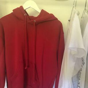 Röd hoodie från weekday storlek s. Använd en gång.