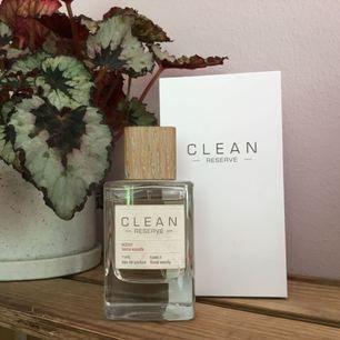 Unisex parfym från Clean, endast använd vid två tillfällen. Originalpris 1050kr. Toppnoter: Friska doft ackord. Hjärtnoter: Geranium, jasmine blad och kokos.  Basnoter: Musk, träiga doftnoter, tonka böna och vanilj från Madagaskar.