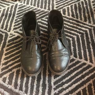 """Svarta fina skor från Monki. Använda men i fint skick. """"Clarks"""" liknande modell med snörning."""