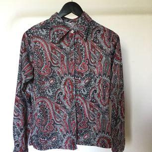 Vintage skjorta med paisleymönster, 70-tal! Gott skick.
