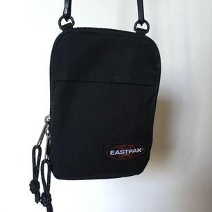 Knappt använd väska från Eastpak, riktigt bra skick!