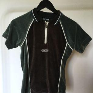 Vintage t-shirt/pike i typ sammet? Jättesnygg passform. Från adidas, 70tal! Fint skick.